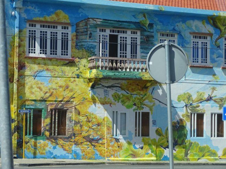 Otrabanda building paintings